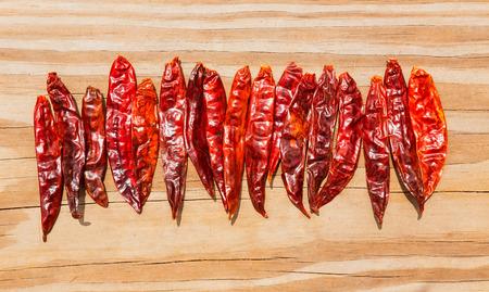 arbol: Chile de �rbol seco pimienta Arbol caliente seca sobre fondo de madera