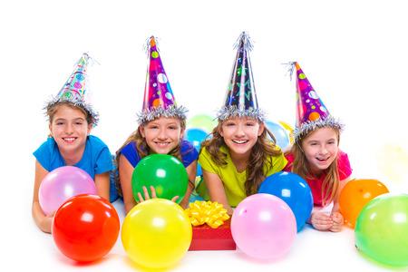 fiesta familiar: Globos de la fiesta de cumplea�os ni�as ni�o feliz y caja de regalo sobre fondo blanco