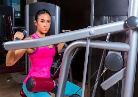 dorsal: Dorsal lateral Lat m�quina desplegable superior de la espalda Ejercicios de mujer en entrenamiento de la gimnasia