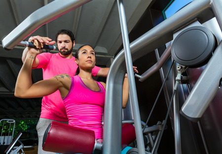 dorsal: Lateral m�quina desplegable dorsal mujer espalda superior Lat con el hombre entrenador personal