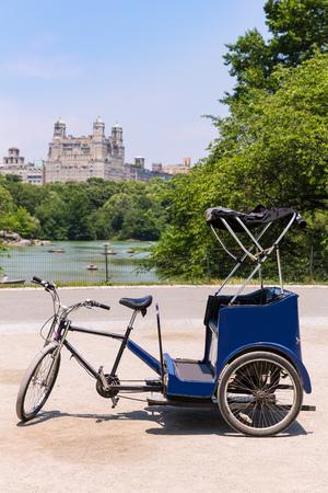 rikscha: Central Park Manhattan The Lake Rikscha Fahrrad New York USA Lizenzfreie Bilder