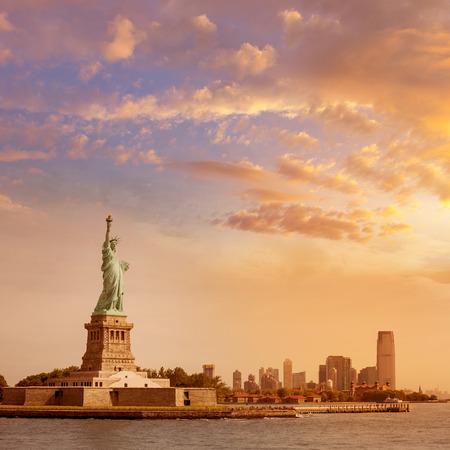 Vrijheidsbeeld New York Manhattan achtergrond VS VS Stockfoto - 35448392
