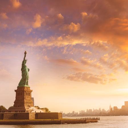 Vrijheidsbeeld New York Manhattan achtergrond VS VS Stockfoto - 35448544