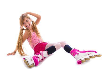 blonde yeux bleus: blonds tresses patin à roulettes fille assise heureux sur blanc Banque d'images