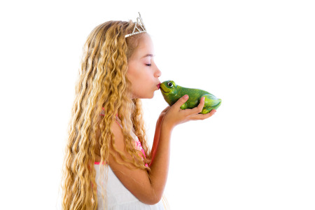 ブロンドのプリンセスの少女白の物語の物語のような緑色のカエルのヒキガエルをキス