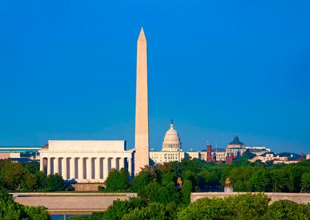 記念碑の議会議事堂とアブラハム リンカーンの記念物ワシントン DC のスカイライン 報道画像