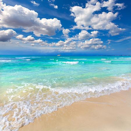 azul turqueza: Playa de Es Trenc Mallorca Ses Arenes en las islas Baleares Campos de Mallorca Espa�a