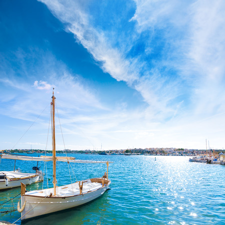azul turqueza: Puerto Mallorca Porto Colom Felanitx en mallorca isla balear de Espa�a Foto de archivo