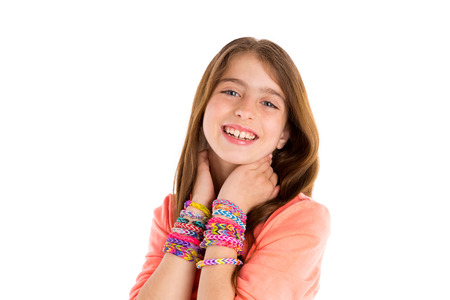 blonde yeux bleus: Métier à tisser des bandes de caoutchouc bracelets blonde jeune fille souriante dans le cou mains sur blanc