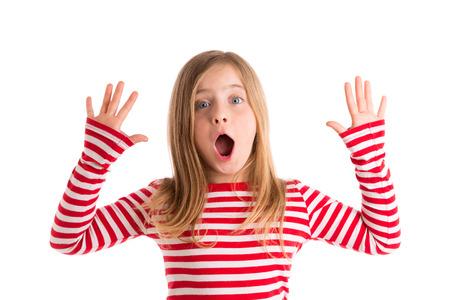 Blond dítě dívka otevřený pusinku a ruce šťastný výraz gesto na bílém