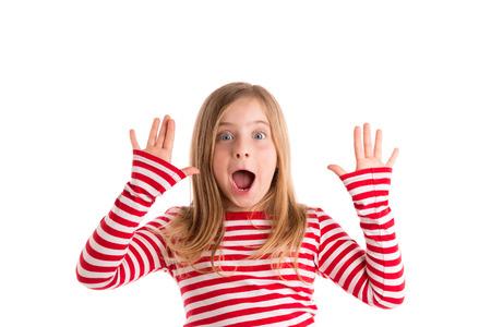 Blond retrait enfant fille mounth ouverte et les mains heureux geste d'expression sur blanc Banque d'images - 38015878