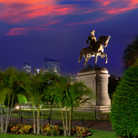 george washington: Monumento Boston Common George Washington puesta de sol en Massachusetts EE.UU.