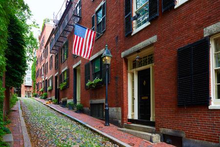 bandera estados unidos: Calle de Acorn Beacon Hill adoquines Boston en Massachusetts EE.UU. Foto de archivo