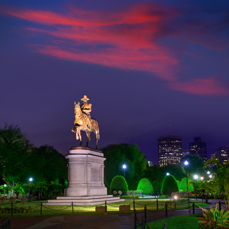george washington: Monumento Boston Common George Washington puesta de sol en Massachusetts EE.UU.