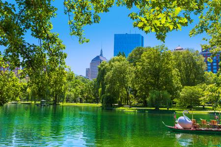 ボストン コモンの湖とマサチューセッツのスカイライン