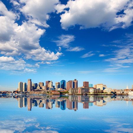 Boston Skyline mit Fluss im Sonnenlicht am Massachusetts USA