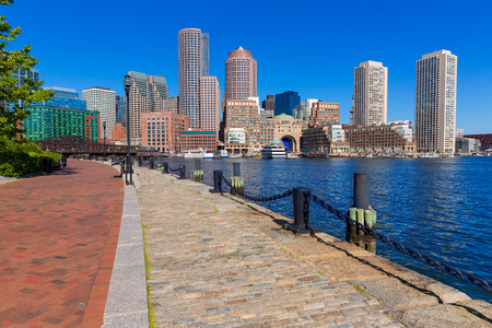 Boston Skyline von Fan Pier bei Sonnenlicht in Massachusetts USA Standard-Bild