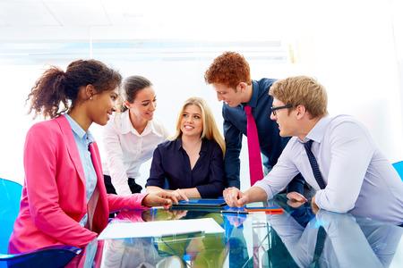 Travail d'équipe multi-ethnique de la rencontre des jeunes gens d'affaires travaillant dans le bureau