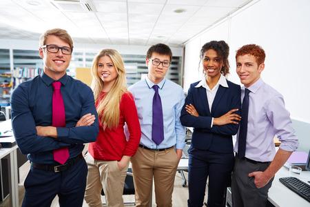 trabajo en equipo: Equipo de negocios jóvenes de pie varias oficinas de trabajo en equipo étnica