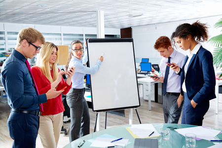 Présentation de femme exécutif avec des gens distraits jouer avec les smartphones