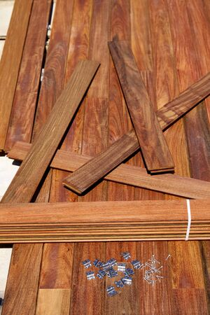tornillos: Ipe cubierta cubierta tornillos de montaje de madera clips y sujetadores Foto de archivo