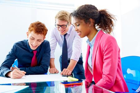 mládí: Multietnické týmová práce mladých podnikatelů setkání pracující v kanceláři Reklamní fotografie