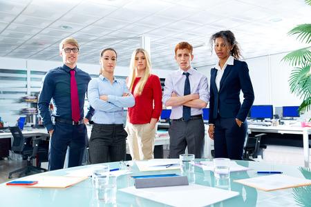 personas de pie: Equipo ejecutivo de negocios la gente youg de pie en la oficina Foto de archivo