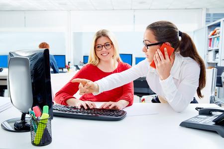 mujeres de espalda: Businesswomen team working at offce desk with computer teamwork