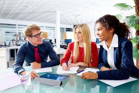 trabajo en equipo: Reunión Ejecutiva equipo gente de negocios en el trabajo en equipo de oficina joven multirracial