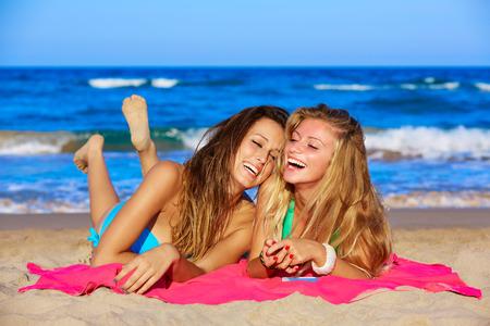 Freunden Mädchen, die Spaß lachen liegen am Strand Sand in den Sommerferien Standard-Bild - 41324576