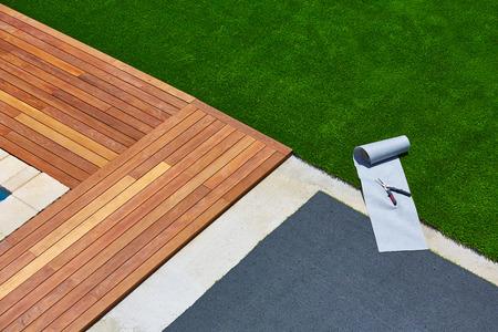 Artificial l'installation de gazon dans le jardin de pont avec des outils et rouleau commune Banque d'images - 41311805
