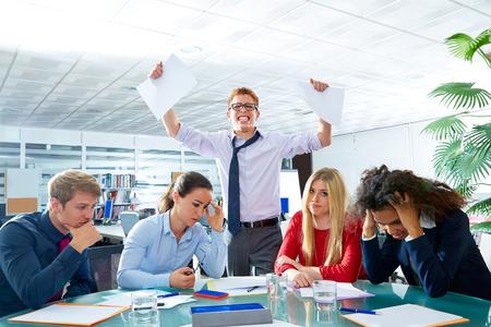 trabajo en equipo: reunión de negocios expresión triste mal gesto negativo joven de trabajo en equipo
