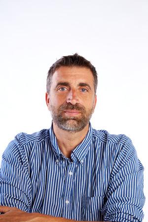baard midden leeftijd man portret gekruiste armen op een witte achtergrond Stockfoto