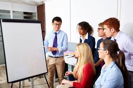 ejecutivo en oficina: Asia presentación empresario ejecutivo para equipo de oficina