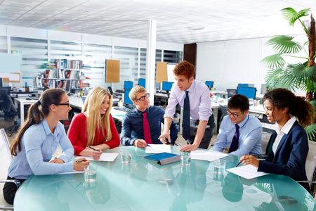 Réunion de l'exécutif de l'équipe de gens d'affaires au bureau de travail d'équipe jeune multiracial Banque d'images - 41363983