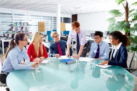 オフィス チームワーク若い混血でエグゼクティブ ・ ビジネス人チーム会議 写真素材