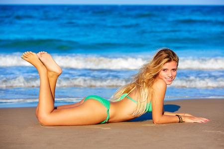 Блондинка бикини девушки Молодые лежал на пляже песок счастлива в летние каникулы
