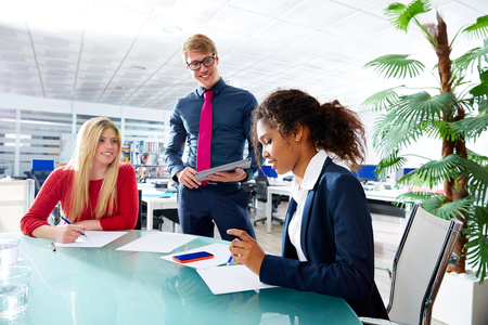 ejecutiva en oficina: Reunión Ejecutiva equipo gente de negocios en el trabajo en equipo de oficina joven multirracial
