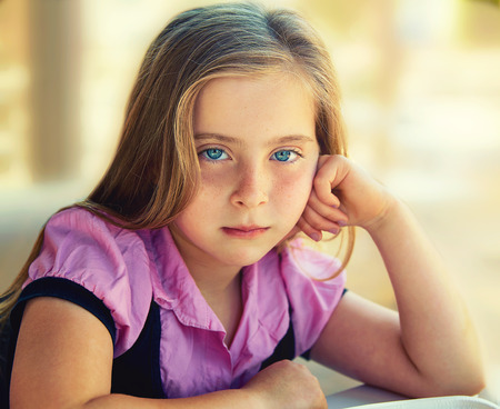 ojos azules: Niño triste expresión relajada chica rubio ojos azules retrato