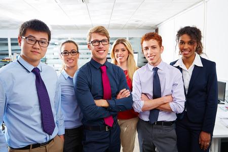 personas de pie: Equipo de negocios jóvenes de pie varias oficinas de trabajo en equipo étnica