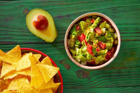 plato de comida: Guacamole con tomates aguacate y nachos comida mexicana