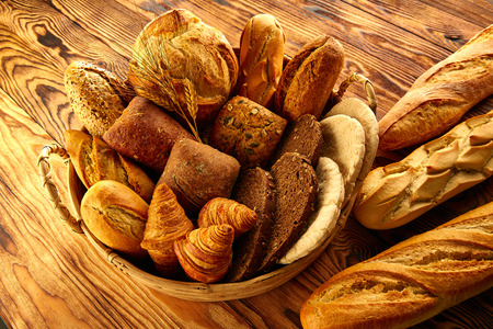 canasta de pan: Pan fresco variada mezcla de madera rústica de oro en la cesta