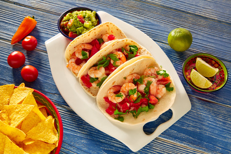 Camaron crevettes tacos mexicain alimentaires sur le bleu table en bois Banque d'images