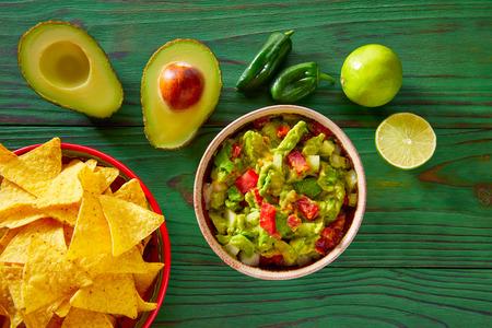 salsa de tomate: Guacamole con tomates aguacate y nachos comida mexicana
