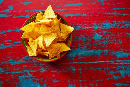 Nachos Mexicaans tortilla op rode achtergrond grunge