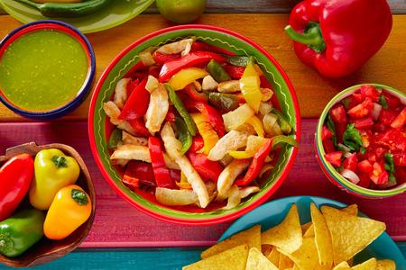 plato de comida: Fajitas de pollo con comida mexicana guacamole pico de gallo y salsa de pimientos de chile nachos Foto de archivo