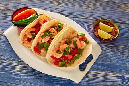 plato de comida: Tacos de camarón Camarón comida mexicana en la mesa de madera azul