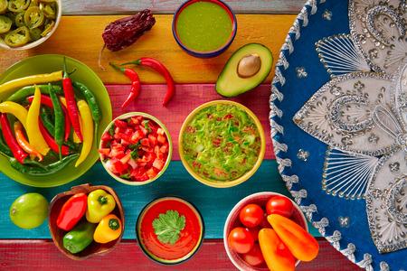 Mexikanisches Essen gemischt Guacamole Nachos Chili-Sauce Tauchen Cheddar-Käse Zitronen Pico de Gallo