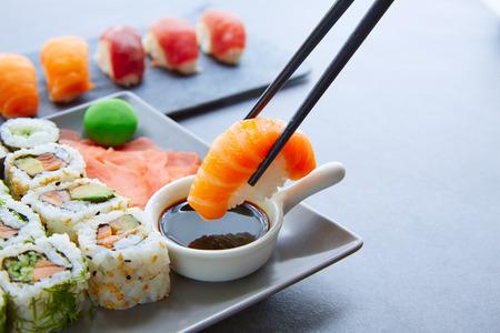 Sushi Maki et Niguiri avec de la sauce de soja et de wasabi avec California Roll Banque d'images - 43652740