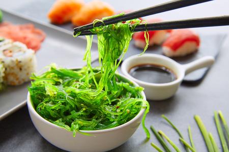 Sushi Maki et Niguiri Californie roulent avec des algues sauce chuka salade Banque d'images